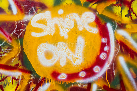 """""""Shine On"""" spray painted on wall, close up.の写真素材 [FYI02265575]"""