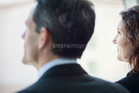 Caucasian business woman looking out the window of a conference centre lobby.の写真素材 [FYI02265588]