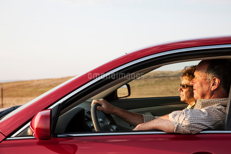 Caucasian senior couple in a car on a road trip.の写真素材 [FYI02265611]