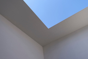 Low angle abstract of white walls and clear sky.の写真素材 [FYI02265613]
