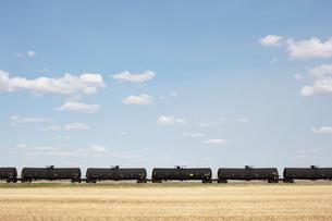Oil train cars and fallow farmland, near Swift Current, Saskatchewan, Canada.の写真素材 [FYI02265651]