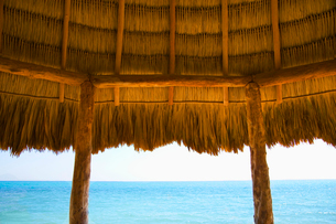 A typical thatched roof cabana on an ocean beach in the Caribbeanの写真素材 [FYI02265665]