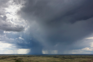 Dark storm clouds of over Grasslands National Park, Saskatchewan, Canada.の写真素材 [FYI02265687]