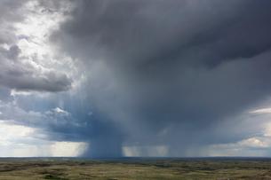 Dark storm clouds of over Grasslands National Park, Saskatchewan, Canada.の写真素材 [FYI02265687]