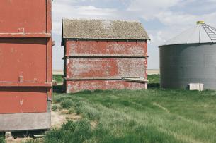 Old farm outbuildings on prairie,の写真素材 [FYI02265725]
