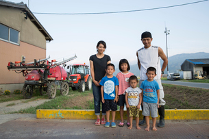 Portrait of Japanese farmer, his wife and four children standing in their yard.の写真素材 [FYI02265729]