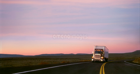Class 8 sleeper truck on highway 129 in south eastern Washington State USAの写真素材 [FYI02265736]