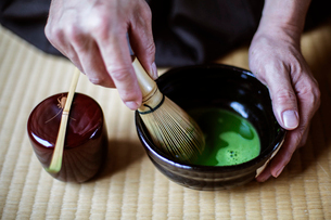 High angle close up of traditional Japanese Tea Ceremony, man using bamboo whisk to prepare Matcha tの写真素材 [FYI02265753]
