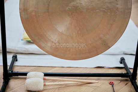A large brass gong used for sound therapyの写真素材 [FYI02265826]
