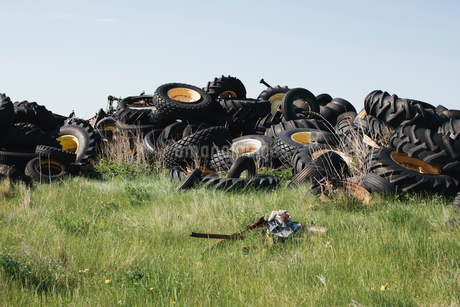 Pile of discarded auto and tractor tires in rural landfill, near Kildeer, Saskatchewan, Canada.の写真素材 [FYI02265872]