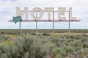 Motel sign in field of sage brush, near Waterville, Washington, USA.の写真素材 [FYI02265892]