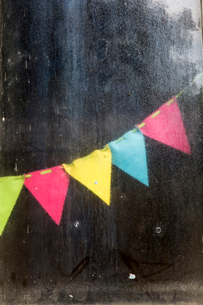 Close up of colourful bunting in an allotment.の写真素材 [FYI02265893]