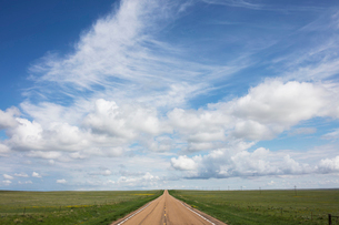 Open road through vast prairie and farmland, Saskatchewan, Canada.の写真素材 [FYI02265929]