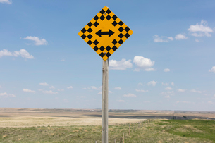 Arrow intersection sign and rural farmland,の写真素材 [FYI02265973]