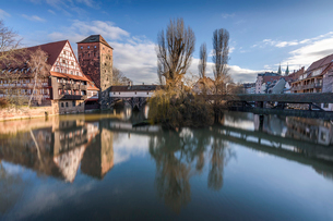 Historic timber-framed building, tower and bridge over the river Pegnitz, Nuremburg, Germany.の写真素材 [FYI02266008]