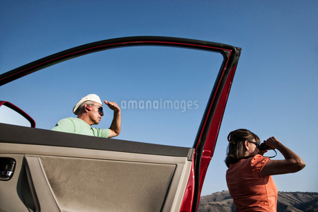 An Hispanic senior couple enjoying the scenery from a rest stop in the Grande Ronde area of easternの写真素材 [FYI02266030]
