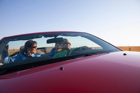 A hip senior Hispanic couple on a road trip in eastern Washington State, USA.の写真素材 [FYI02266100]