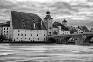 Medieval stone arch bridge over the Danube river with historic buildings and city gate, Regensburg,の写真素材 [FYI02266159]