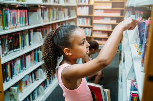 Girls looking at books in public libraryの写真素材 [FYI02266295]