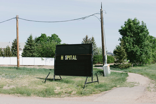 Hospital sign on small town streetの写真素材 [FYI02266303]