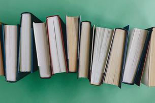 Arrangement of hardback booksの写真素材 [FYI02266320]