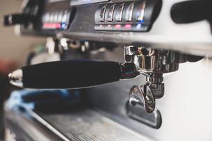 Close up of portafilter of an espresso machine.の写真素材 [FYI02266352]