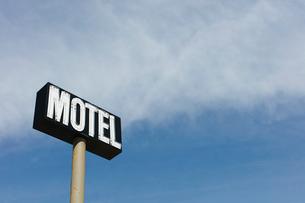 Motel sign against blue sky, near Maple Creek, Saskatchewan, Canada.の写真素材 [FYI02266365]