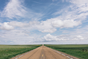Open road through vast prairie and farmland, Saskatchewan, Canada.の写真素材 [FYI02266414]