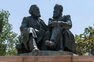 Marx and Engels statue, Bishkek, Kyrgyzstan.の写真素材 [FYI02266500]