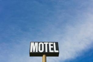 Motel sign against blue sky, near Maple Creek, Saskatchewan, Canada.の写真素材 [FYI02266558]