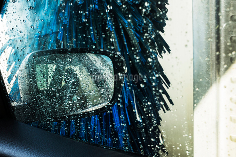 View from the inside of a car in an automated car wash, blue washers and soapy water over the windowの写真素材 [FYI02266583]