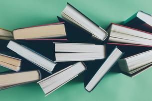 Arrangement of hardback booksの写真素材 [FYI02266614]