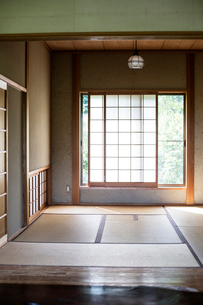 Interior of traditional Japanese house with tatami mats and opaque sliding doors.の写真素材 [FYI02266631]