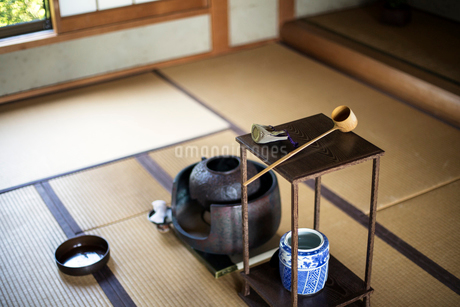 Traditional Japanese Tea Ceremony, high angle view of water container and small stand with a Hishakuの写真素材 [FYI02266645]