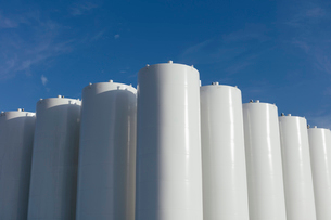 Grain silos, near Swift Current, Saskatchewan, Canada.の写真素材 [FYI02266662]