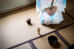 High angle view of Japanese woman wearing traditional white kimono with blue floral pattern kneelingの写真素材 [FYI02266671]