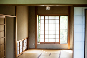 Interior of traditional Japanese house with tatami mats and opaque sliding doors.の写真素材 [FYI02266679]