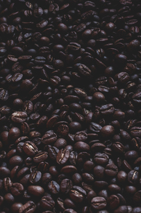 High angle close up of freshly roasted coffee beans.の写真素材 [FYI02266693]