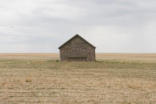 Old barn and fallow field,の写真素材 [FYI02266722]