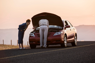 Senior couple with car engine problems while on a road trip.の写真素材 [FYI02266763]