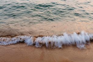 Detail of waves crashing on beach at dusk, long exposureの写真素材 [FYI02266766]