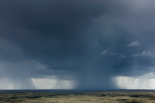 Dark storm clouds of over Grasslands National Park, Saskatchewan, Canada.の写真素材 [FYI02266768]