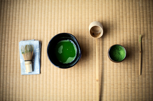 Tea ceremony utensils including bowl of green Matcha tea and bamboo whisk.の写真素材 [FYI02266783]