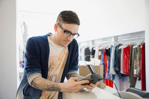 Man using credit card reader in shopの写真素材 [FYI02267155]