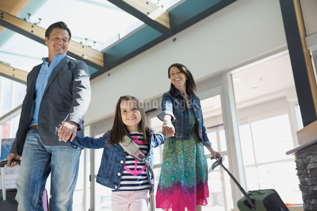 Daughter leading parents in airportの写真素材 [FYI02267440]