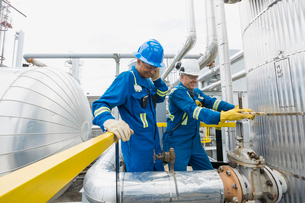 Male workers checking equipment at gas plantの写真素材 [FYI02267545]