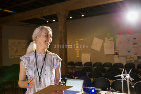Speaker with clipboard preparing for presentationの写真素材 [FYI02267762]