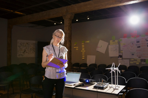 Speaker with clipboard preparing for presentationの写真素材 [FYI02268010]