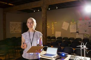 Speaker with clipboard preparing for presentationの写真素材 [FYI02268012]