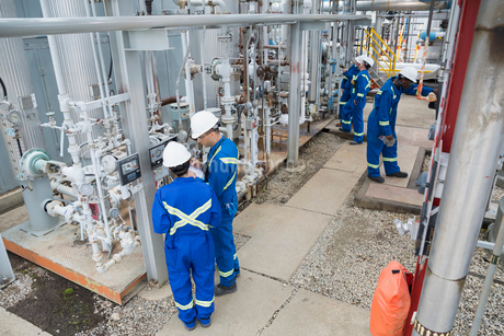 Workers checking equipment at gas plantの写真素材 [FYI02268386]